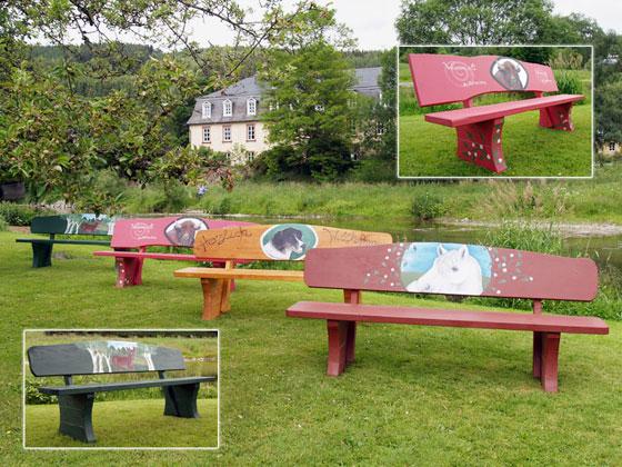 Kunstvolle Holzbänke